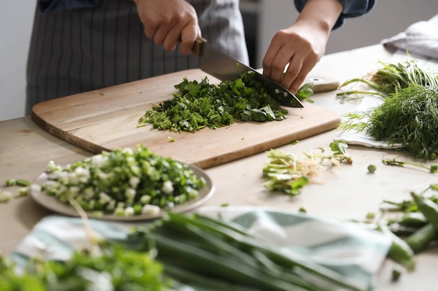 Kochen. chefkoch schneidet gemüse in der küche Kostenlose Fotos
