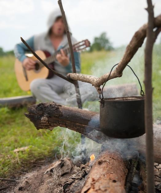 Kochen frisches Essen in Kessel im Lager auf offenem Feuer ...