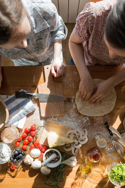 Kochen mit zwei frauen Premium Fotos