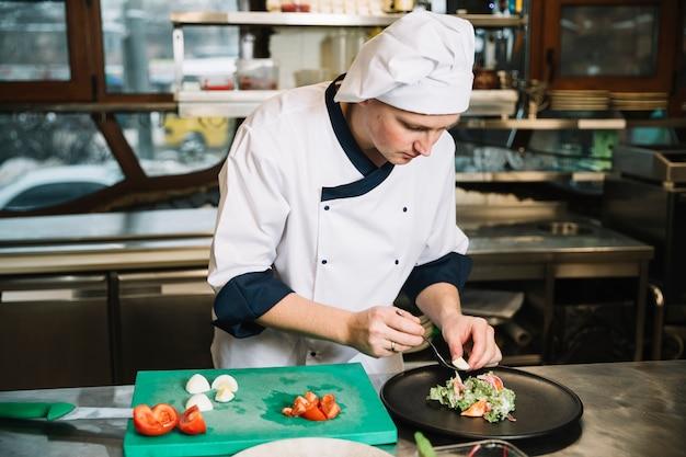 Kochen sie, gekochtes ei auf platte mit salat zu setzen Kostenlose Fotos