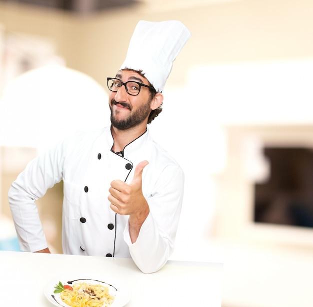 Kochen sie mit einem nudelgericht Kostenlose Fotos