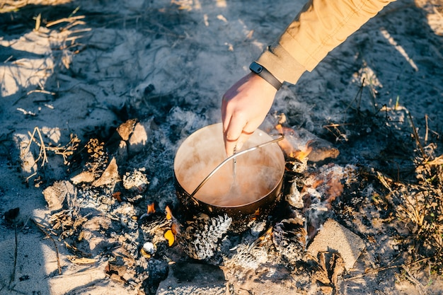Kochender tee in der metallkanne im freien Premium Fotos
