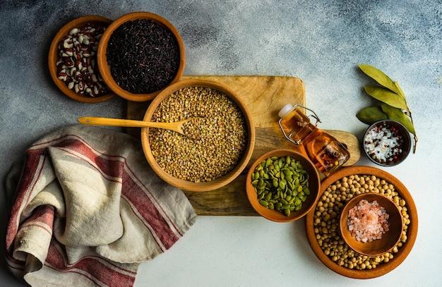 Kochkonzept mit rohstoffen und gewürzen Premium Fotos