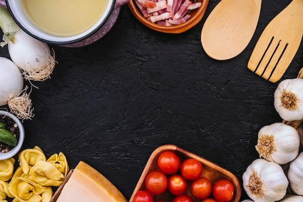 Kochtopf und utensilien in der nähe von pasta zutaten Kostenlose Fotos