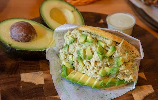 Königin arepa, maisbrot mit huhn und avocado Premium Fotos