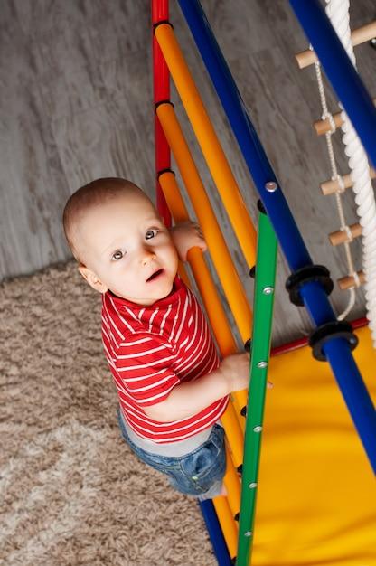 Körperliche entwicklung des kindes. sportgymnastikkomplex der kinder zu hause. übung am simulator. gesunder lebensstil Premium Fotos