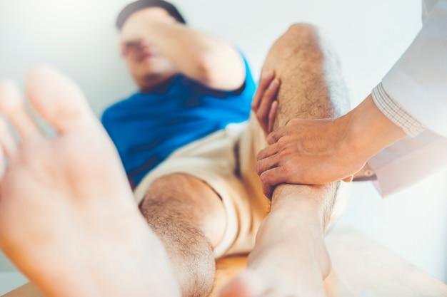Körperlicher doktor, der mit geduldigem knieproblemen sich berät physiotherapiekonzept Premium Fotos