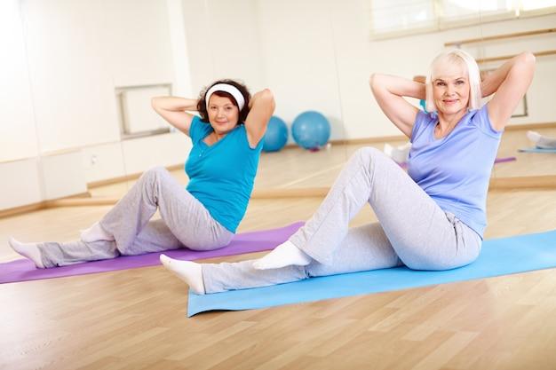 Körperliches älteres fröhlich training gesund Premium Fotos
