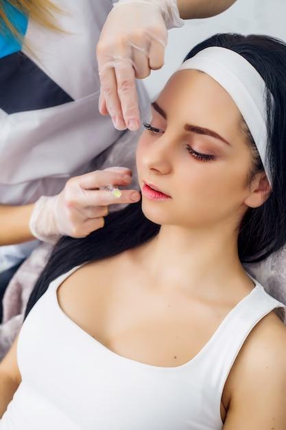 Körperpflege, nettes mädchen, das hyaluronsäurebehandlung empfängt Premium Fotos