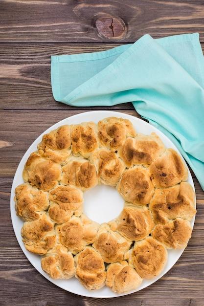 Köstliche affebrotnahaufnahme auf einer platte und einer serviette auf einem holztisch. ansicht von oben Premium Fotos