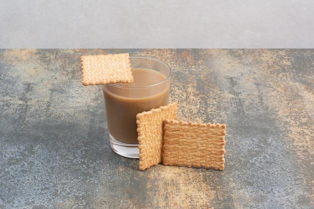 Köstliche cracker mit tasse kaffee auf marmorhintergrund. hochwertiges foto Kostenlose Fotos