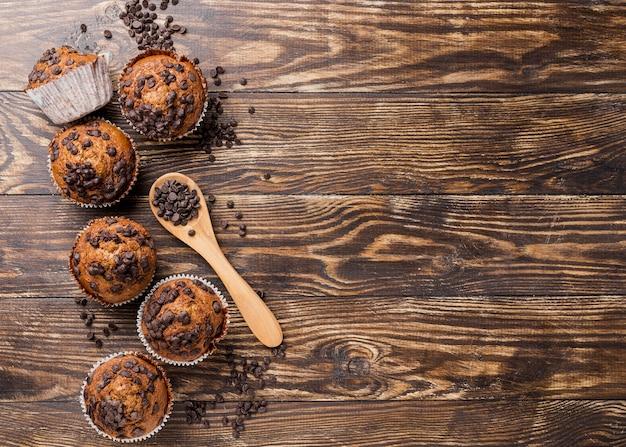Köstliche draufsichtmuffins mit dem löffel gefüllt mit schokoladenchips Kostenlose Fotos