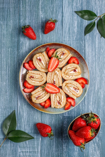 Köstliche erdbeerkuchenrolle mit frischen erdbeeren, draufsicht Kostenlose Fotos