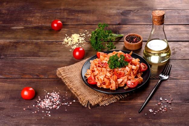 Köstliche frische paste mit tomatensauce mit gewürzen und kräutern. mediterrane küche Premium Fotos