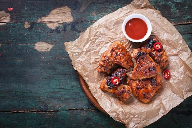 Köstliche hähnchenflügel mit tomatensauce Kostenlose Fotos