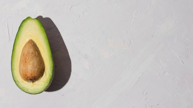 Köstliche halbe avocado mit kopienraum Kostenlose Fotos
