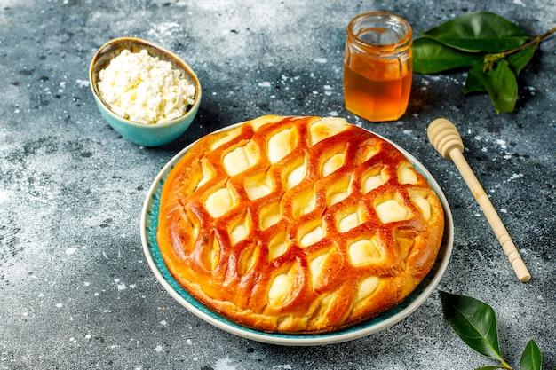 Köstliche hausgemachte hüttenkäse-torte mit frischem hüttenkäse und honig Kostenlose Fotos