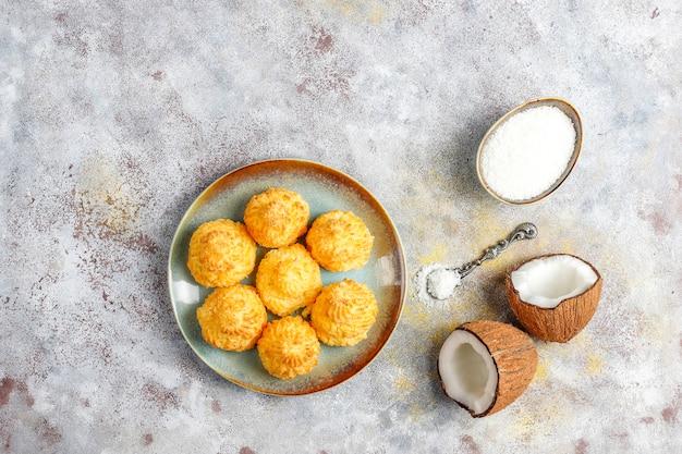 Köstliche hausgemachte kokosmakronen mit frischer kokosnuss, draufsicht Kostenlose Fotos