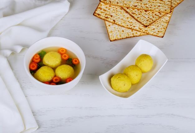 Köstliche hausgemachte matzo-ballsuppe jüdische traditionelle küche Premium Fotos