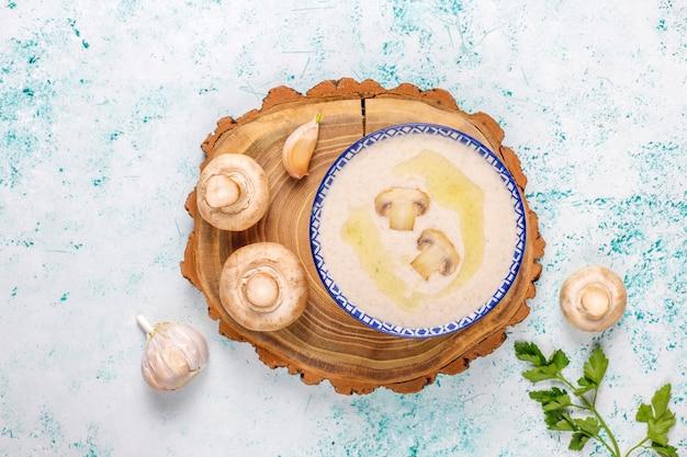 Köstliche hausgemachte pilzcremesuppe, draufsicht Kostenlose Fotos