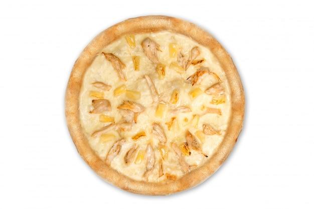 Köstliche italienische pizza mit den ananas und hühnerleiste lokalisiert auf weißem hintergrund, draufsicht Premium Fotos