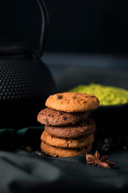 Köstliche kekse des hohen winkels auf tabelle Kostenlose Fotos