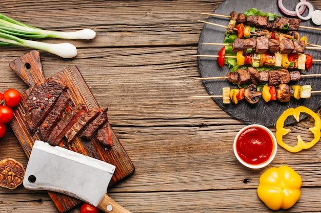 Köstliche mahlzeit mit gesundem gemüse auf hölzernem strukturiertem Premium Fotos