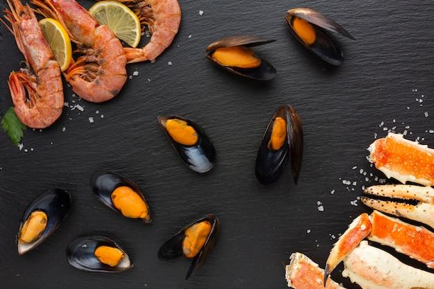 Köstliche meeresfrüchte der draufsicht auf tabelle Kostenlose Fotos