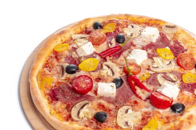 Köstliche pizza diente auf der hölzernen platte, die auf weiß lokalisiert wurde Premium Fotos