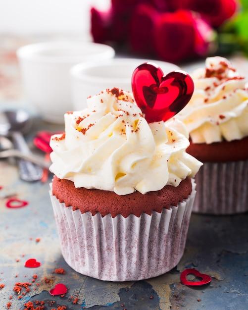 Köstliche rote samtkleine kuchen Premium Fotos