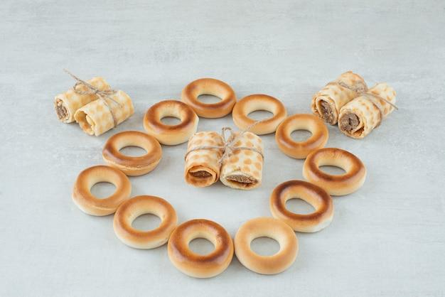 Köstliche runde kekse mit waffeln im seil auf weißem hintergrund. hochwertiges foto Kostenlose Fotos