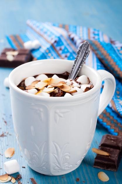 Köstliche schokoladenmilch aus mandelmilch Premium Fotos