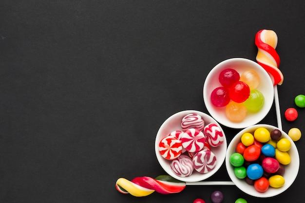 Köstliche süßigkeiten der draufsicht mit kopienraum Premium Fotos