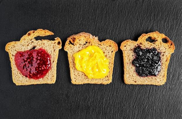 Köstliche toasts mit süßen hausgemachten himbeer-, blaubeermarmeladen- und sabanion-saucen Kostenlose Fotos