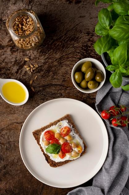Köstliche toastscheibe mit kirschtomaten flach legen Premium Fotos