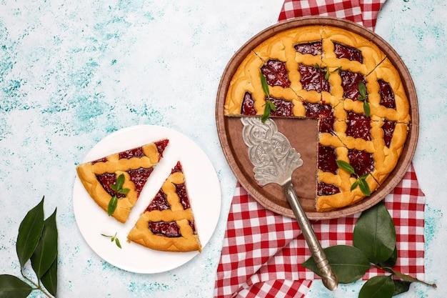 Köstliche traditionelle beerenkirschtorte crostata auf heller oberfläche Kostenlose Fotos