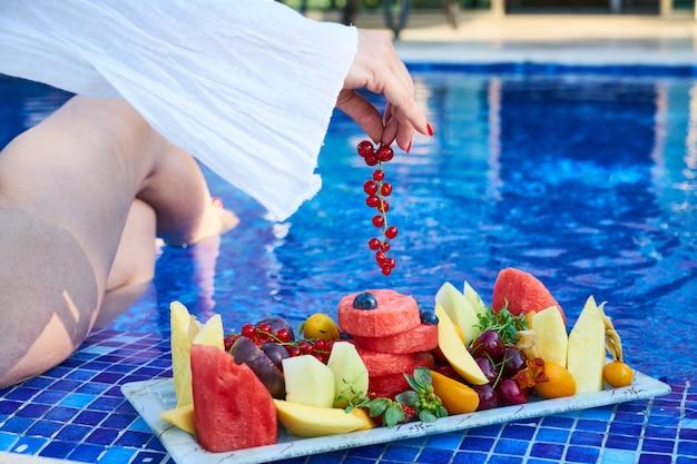 Köstliche tropische früchte und sommerferien Premium Fotos