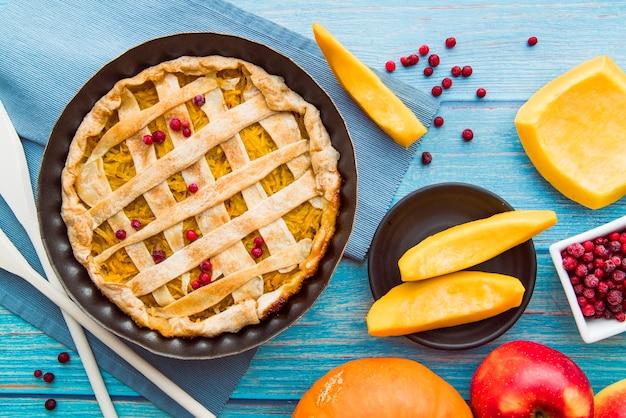 Köstlicher apfelkuchen auf blauer tabelle Kostenlose Fotos