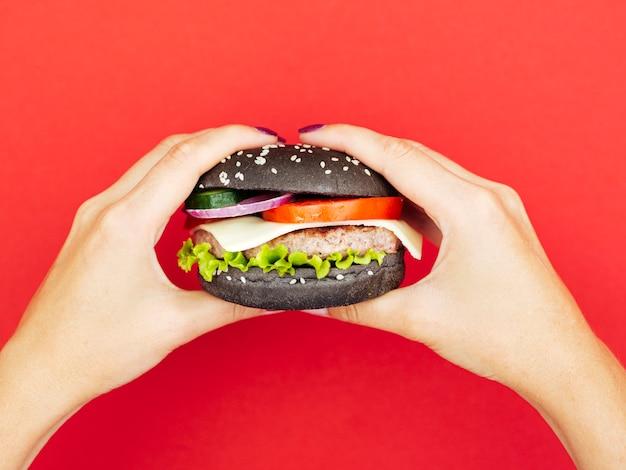 Köstlicher burger mit kopfsalat mit rotem hintergrund Kostenlose Fotos
