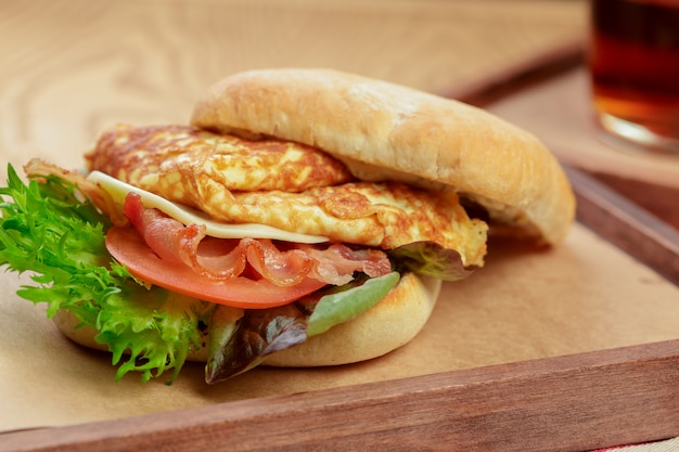 Köstlicher burger mit omelettfrühstückstellerabschluß oben Premium Fotos