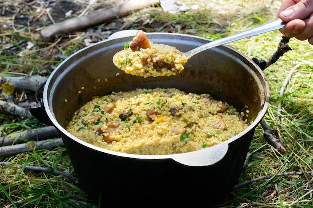 Köstlicher couscous mit fleisch und gemüse Premium Fotos