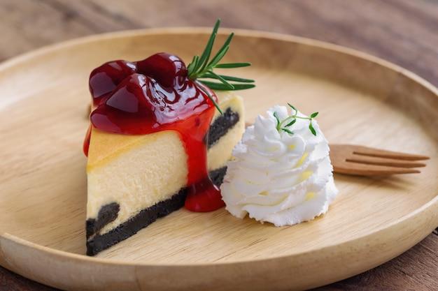 Köstlicher erdbeer-new york-käsekuchen und schlagsahne selbst gemachte bäckerei für café oder geburtstagskuchen Premium Fotos