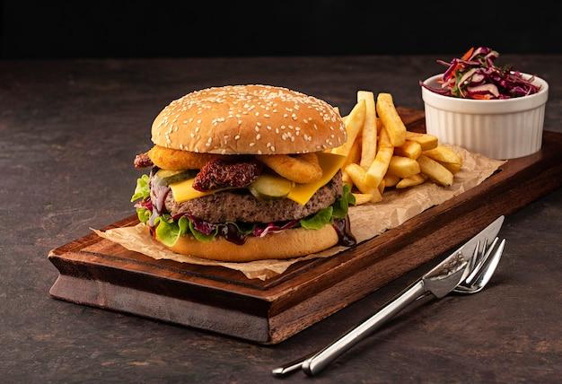 Köstlicher frischer hausgemachter cheeseburger mit pommes frites Premium Fotos