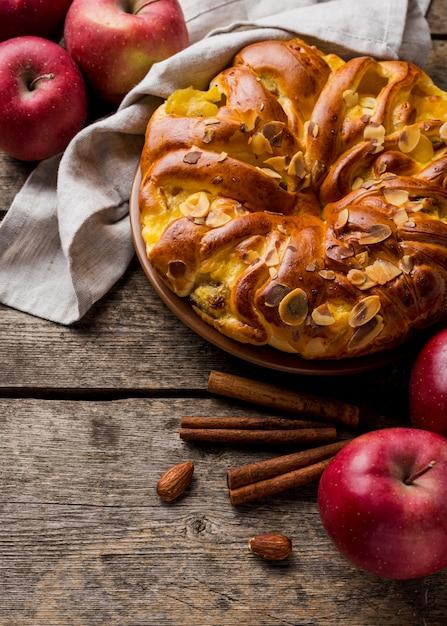 Köstlicher gebackener apfelkuchen der hohen ansicht mit zimt Kostenlose Fotos