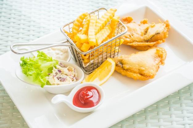 Köstlicher gebratener kabeljau mit pommes frites Kostenlose Fotos