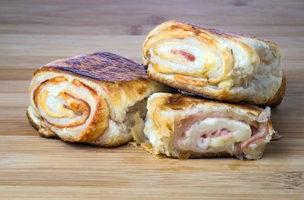 Köstlicher italienischer snack mit blätterteig auf hölzernem brett Premium Fotos