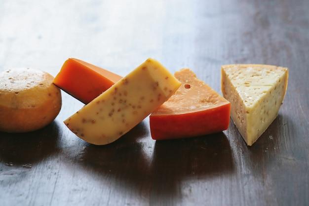 Köstlicher käse auf dem tisch Kostenlose Fotos