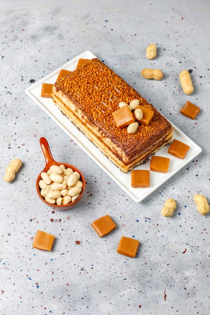 Köstlicher karamell-erdnuss-kuchen mit erdnüssen und karamell-bonbons, draufsicht Kostenlose Fotos