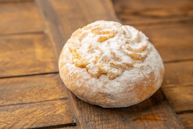 Köstlicher keks mit kokosnusspulver auf hölzernem hintergrund Kostenlose Fotos