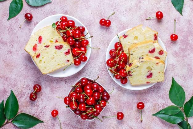 Köstlicher kirschkuchen mit frischen kirschen, draufsicht Kostenlose Fotos